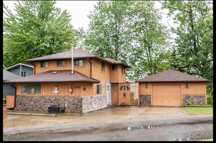 Beautiful Devils Lake Cottage 5 Bedroom