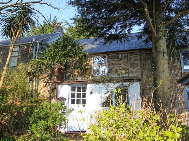 GILLYFLOWER COTTAGE, pet friendly in St Ives, Ref 959618