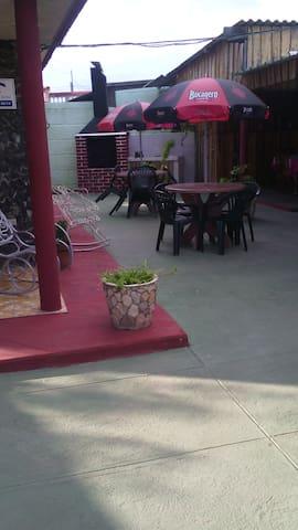 Terraza para el descanso de los huéspedes con parrilladas