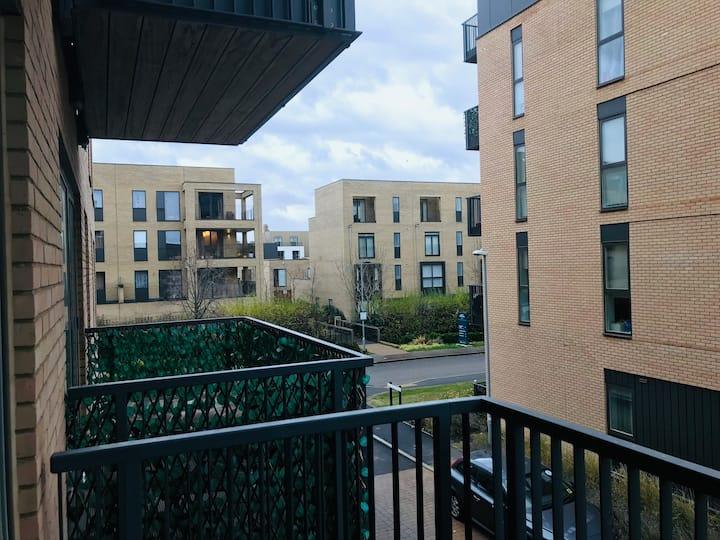 Double room in a modern flat in Cambridge