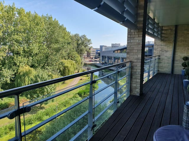 Executive 2 Bed Riverside Apartment in City Centre