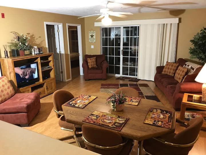 Luxury 2 Bedroom, 1000 Hills Golf View, 3 TVs, WIFI, Jetted Tub :  Champions 1-1