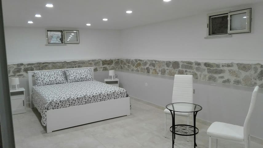 Camera matrimoniale suite di 35 mq nel seminterrato.