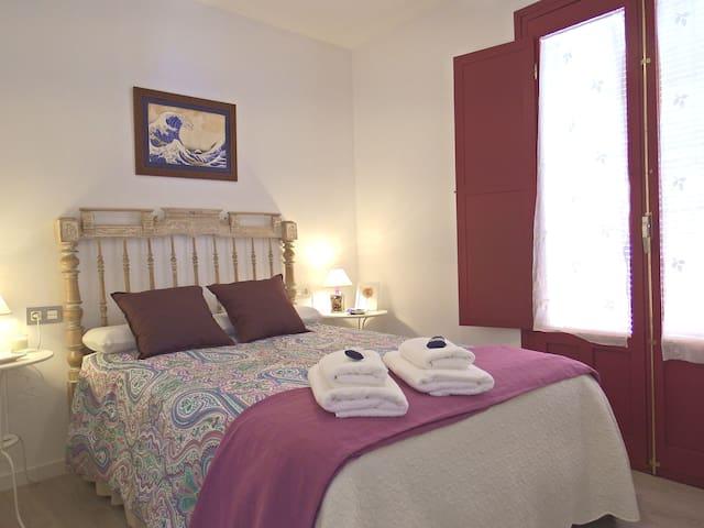 Habitación 3 con colchón de 135x200 cm, con cabecero antiguo restaurado
