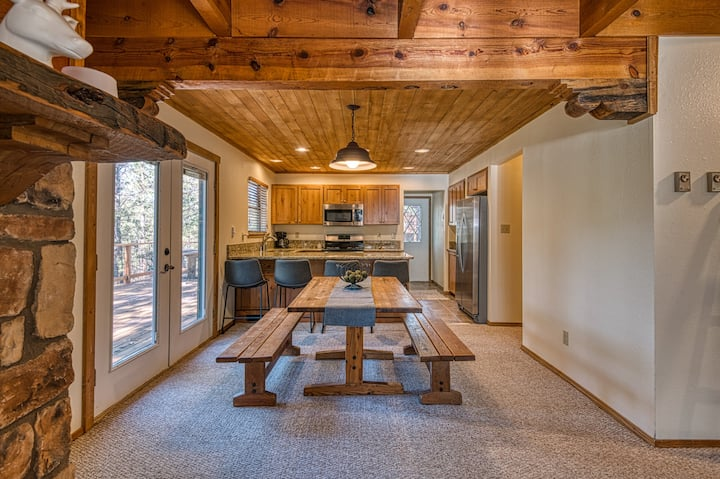 Cozy family-friendly cabin w/ spacious deck and forest views - close to skiing!