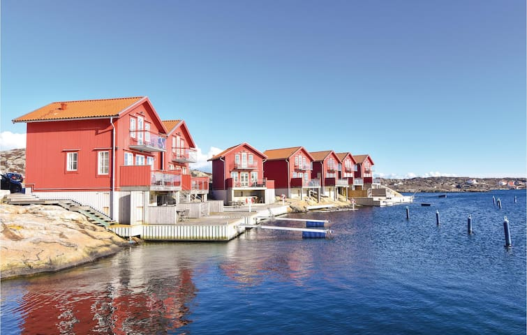 Holiday cottage with 3 bedrooms on 53 m² in Hällevikstrand
