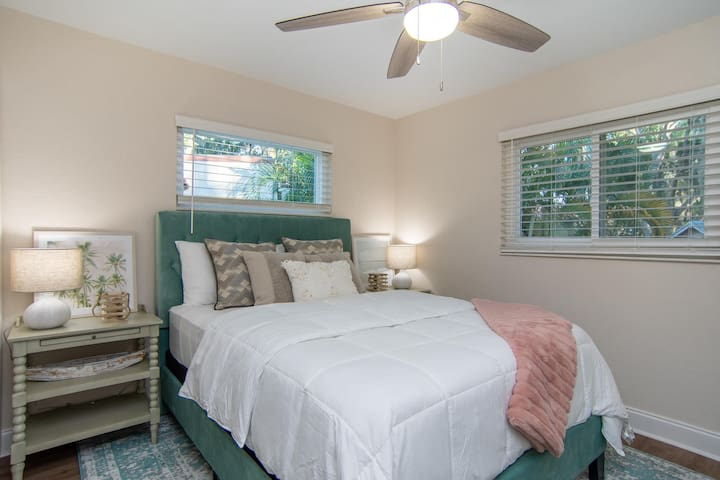 Fully Updated! Dunedin/Clearwater Cottage!