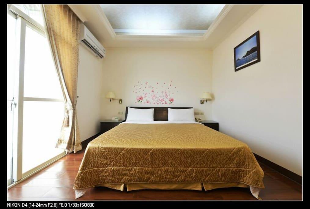 乾淨整齊的Queen size加大床雙人房,超大空間。