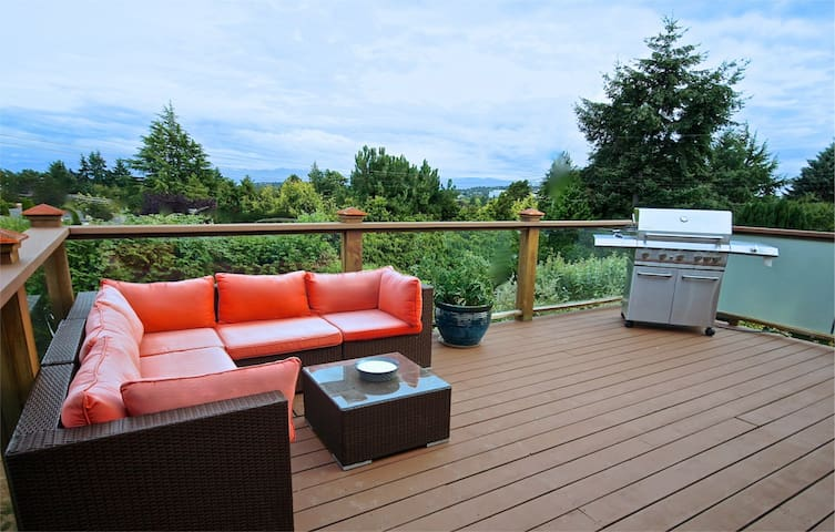 """Suite With a View"" with Large Deck & BBQ - Victoria - Ev"