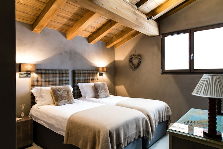 Bedroom 3: Flexible double or twin room (first floor) with en-suite shower room and WC