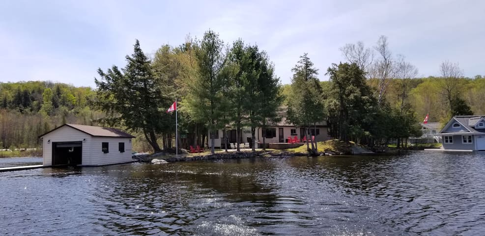 Muskoka: Lake Rosseau Family Retreat