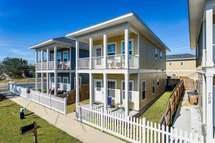 New Downtown Getaway With Off Street Parking - Close To All Things Pensacola - Free High Speed WiFi