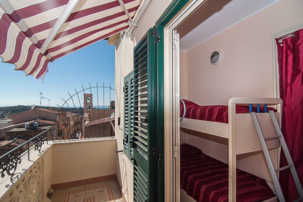stanza da letto con balcone