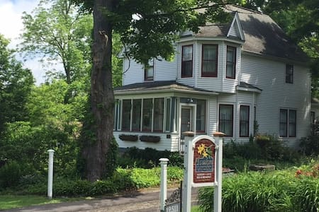 Avalon Gardens Inn Queen Suite - Chardon - Bed & Breakfast