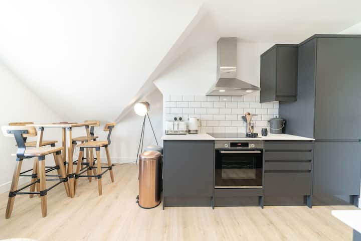 ** 4 Ashbrook Windmill - Luxury second floor 2 bedroom flat **
