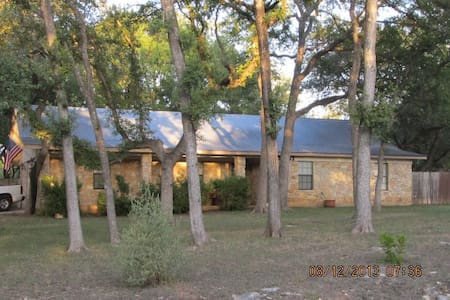 Quiet Ranch Style & Tree Covered Home - Buda