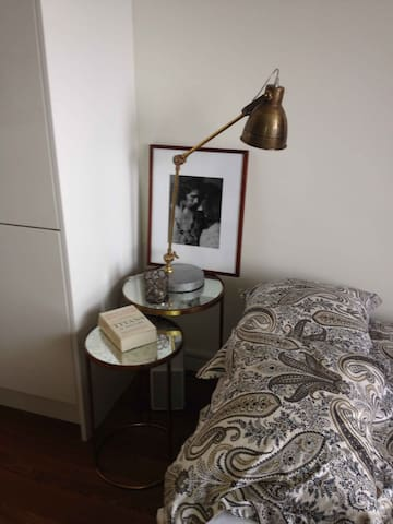 Bed lamp in brass.