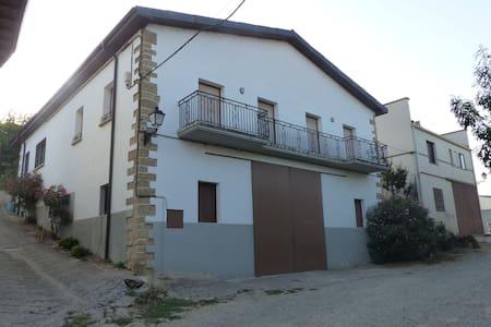 Amplia casa junto al pantano de Alloz - Villanueva de Yerri