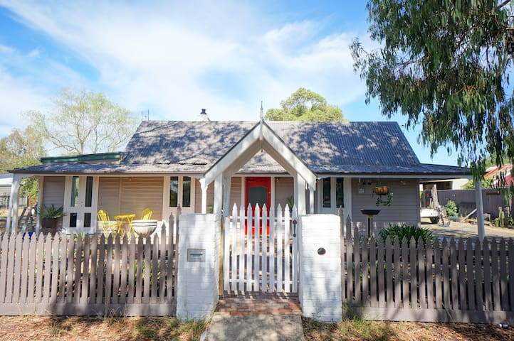 Renovated, Country Cottage,  5 min walk to town
