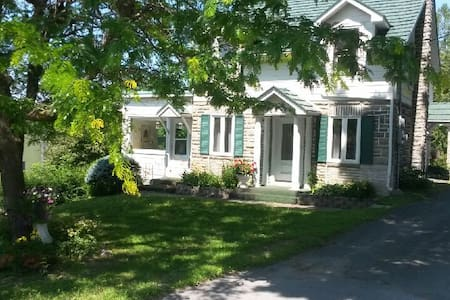 Charming cottage in Quebec's most beautiful town - Frelighsburg