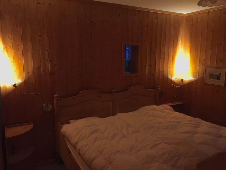 Schlafzimmer mit grossem Doppelbett, 1. Stock