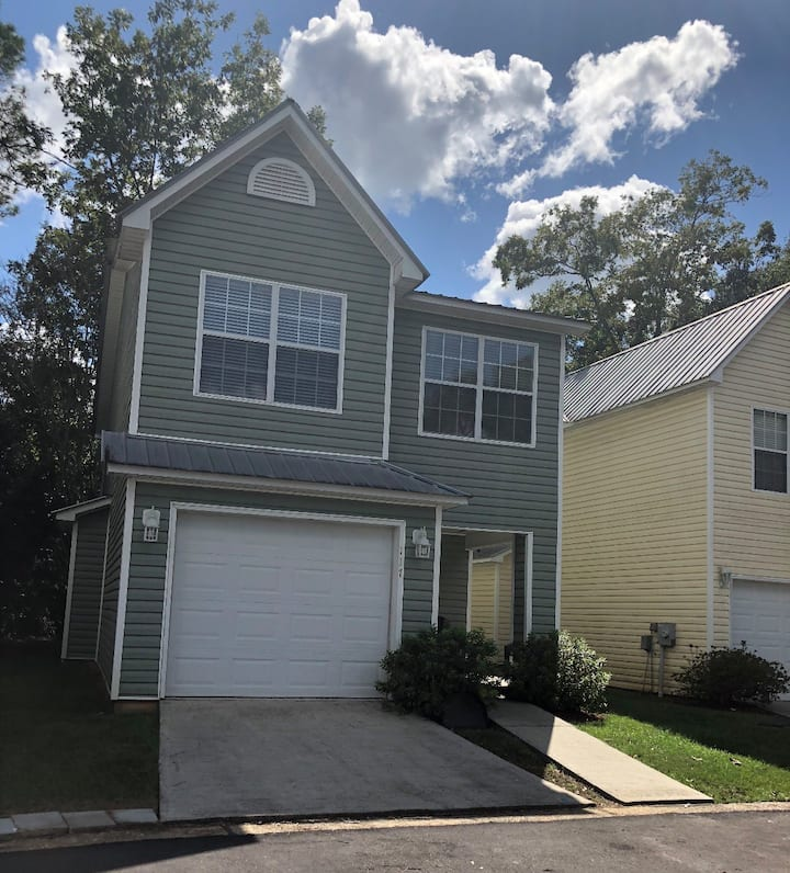 Entire Townhome - 3 Bedroom 2.5 Bath