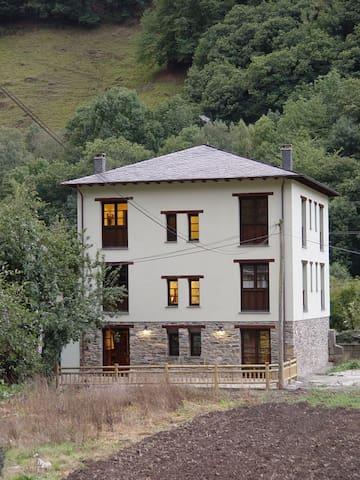 Vista a casa y terraza de la casa, todas las habitaciones son exteriores