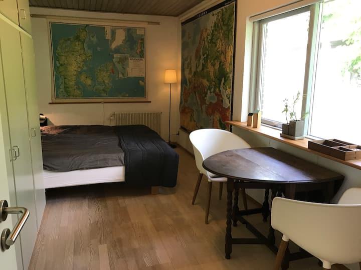 Hyggeligt værelse med helt eget bad og tekøkken