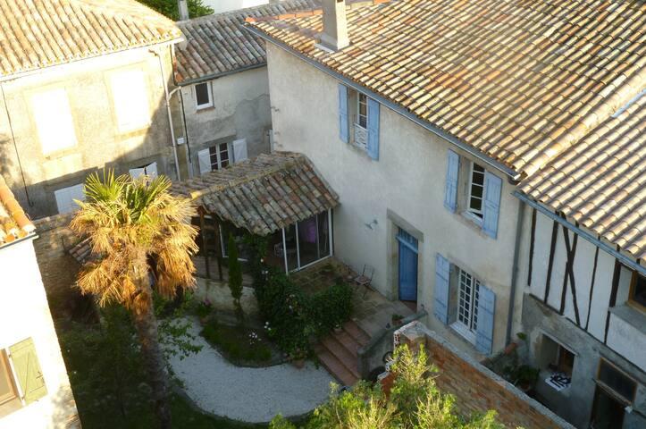 Maison ancienne vue sur les Pyrénées