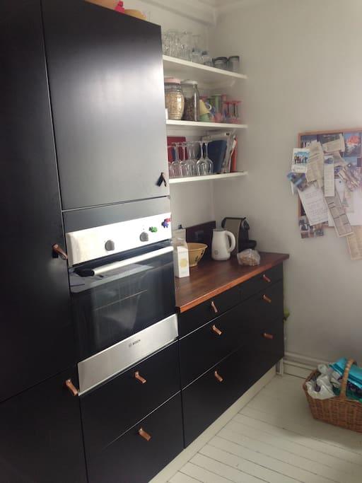 Kjøkken med kjøleskap og ovn