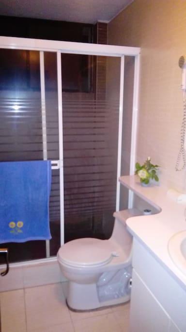 Cámara de baño e inodoro