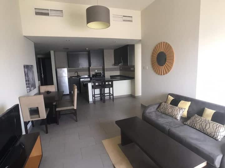 Cosy Apartment in Dubai Sports City -Pool and view