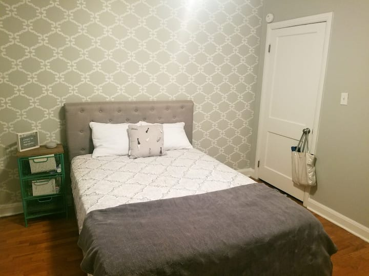 Cute Private room w/ Deck Close Downtown Knoxville