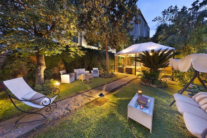 """Maison de charme in Tasso square"" with garden"