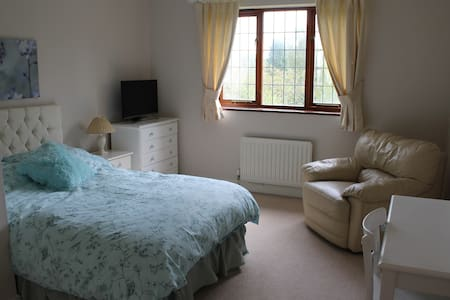 Beautiful Double Bedroom for ladies only - West Sussex
