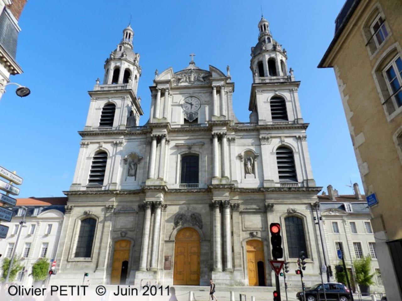 Cathédrale située immédiatement à proximité de l'appartement