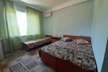 Стандарт 18 кв.м., Трёхместный, кровать семейная, кровать одноместная, все удобства, телевизор, холодильник, сплит система, балкон с панорамным видом на море.