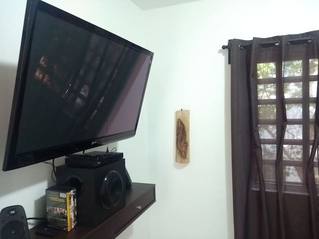 TV, dvd and home theater in master bedroom.  TV, teatro en casa y dvd en la recamara principal.