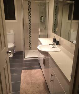 Location + Privacy + Luxury = YOU! - Cheltenham - Dům