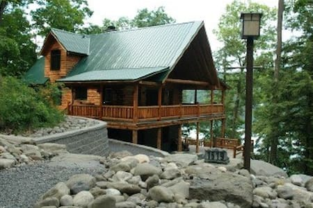 Luxury lakeside Log Cabin in forest