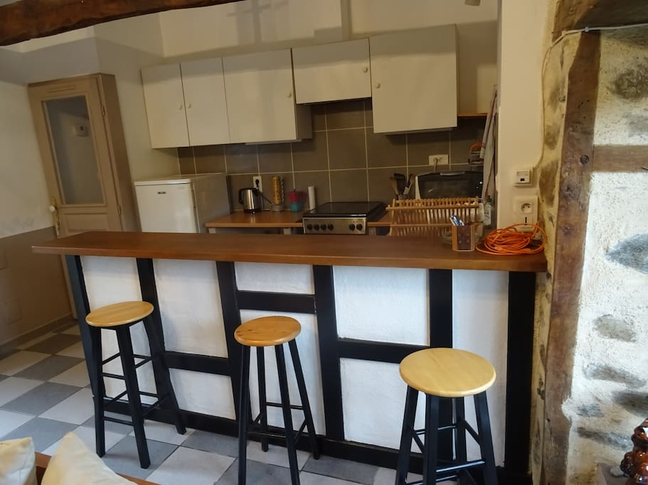 Le coin cuisine avec bar (The kitchen with a bar tap)
