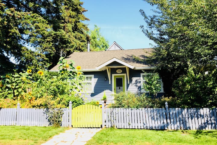 Cricket Cottage: Steps to Manitou Beach!