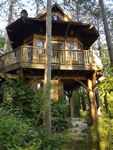 Heated Treehouse with all Amenities - Port Perry