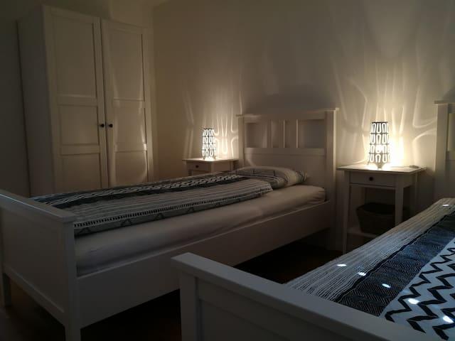 Schlafzimmer Nr. 2 2x Einzelbett 1x Kleiderschrank