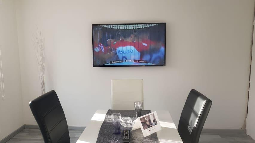 neues TV-Gerät, einsehbar vom Wohn- und Eßbereich