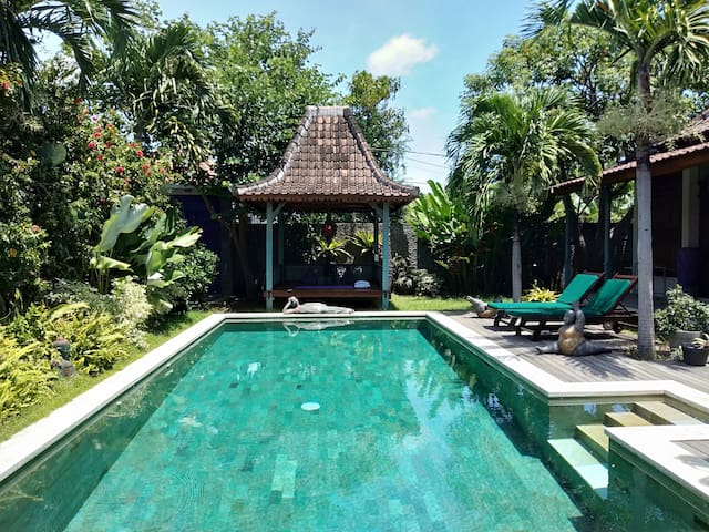 VILLA PURPLE RAIN  ANTIQUE JOGLO IN COZY SANUR