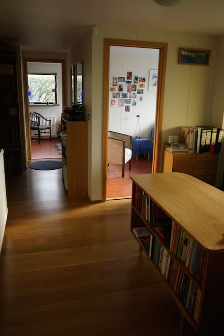 The rooms are side by side. The space in front is ideal for work at the desk and opens straight into the garden.