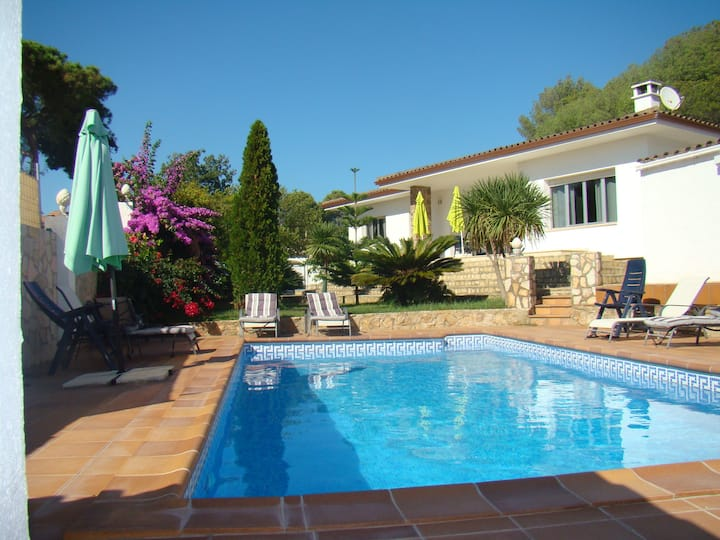 House with private pool and very charming