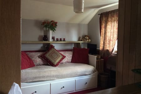 Spacious single bedroom. - Calne