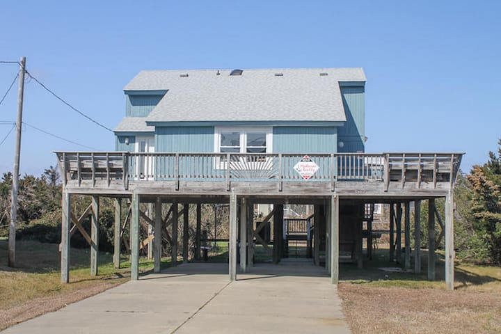 Spacious deck & hot tub! Five min walk to beach.